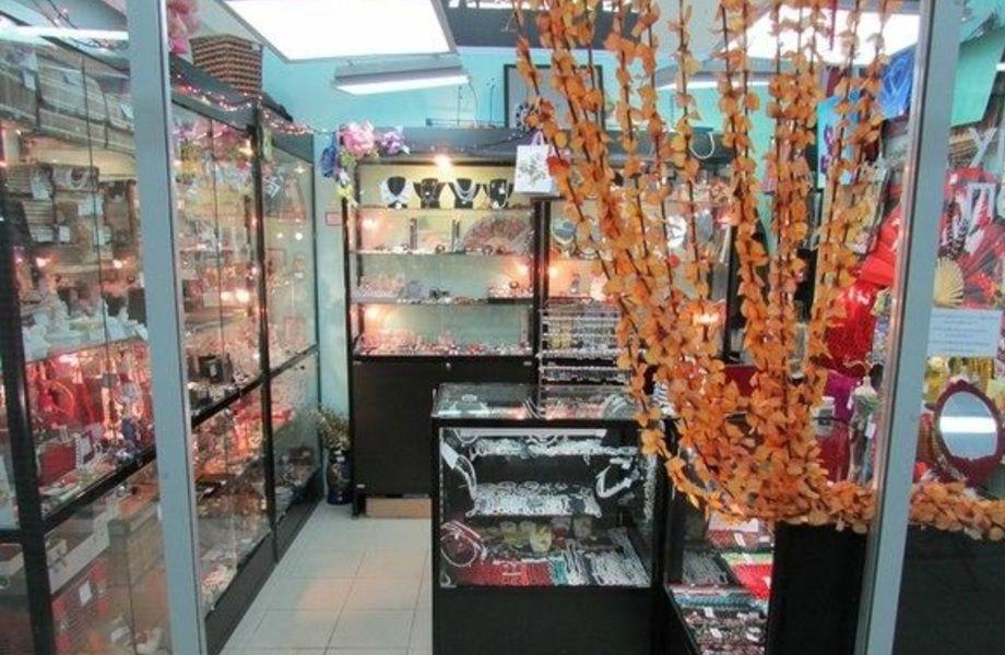 Магазин украшений и подарков в крупном ТЦ (3 года работы)
