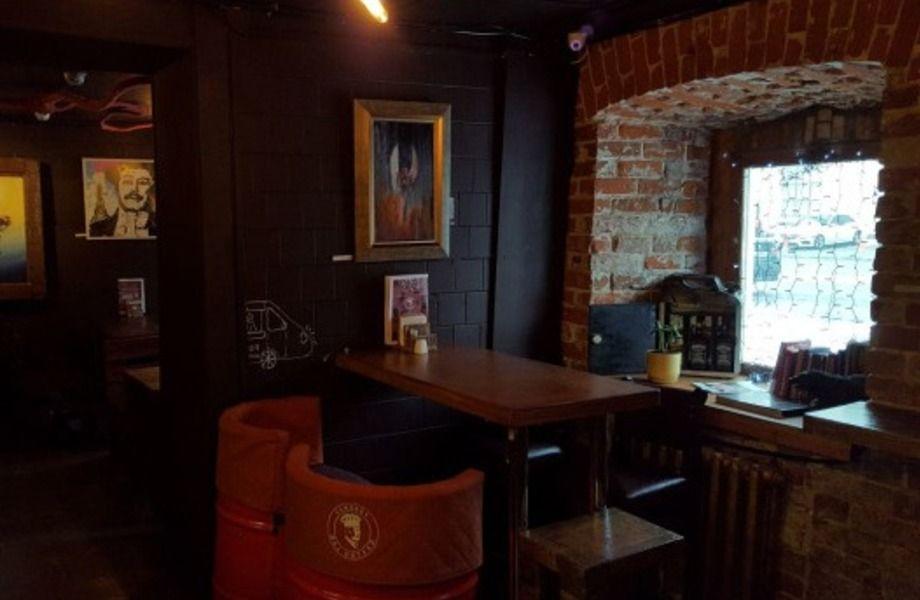 Популярное кафе быстрого питания в проходном месте.