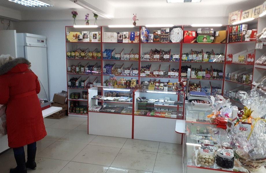 Магазин кондитерских и мясных изделий в оживленном месте