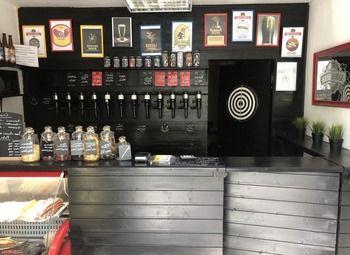 Магазин разливного пива на первой линии оживленной улицы