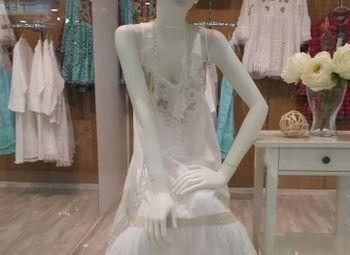 Бутик одежды в торговом комплексе в центре города.