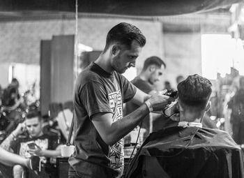 Перспективная мужская парикмахерская в центре города