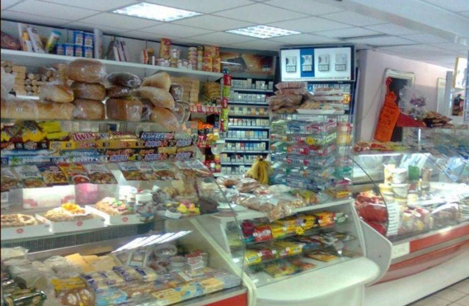 Продуктовый магазин возле станции метро