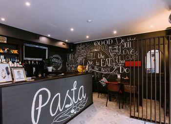 Уютное кафе в густонаселённом районе с хорошим ремонтом