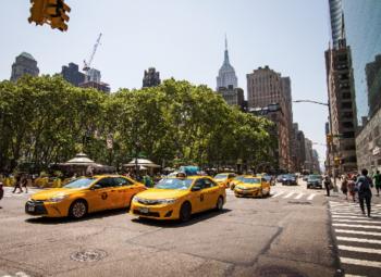 Крупная служба такси 40 автомобилей в собственности