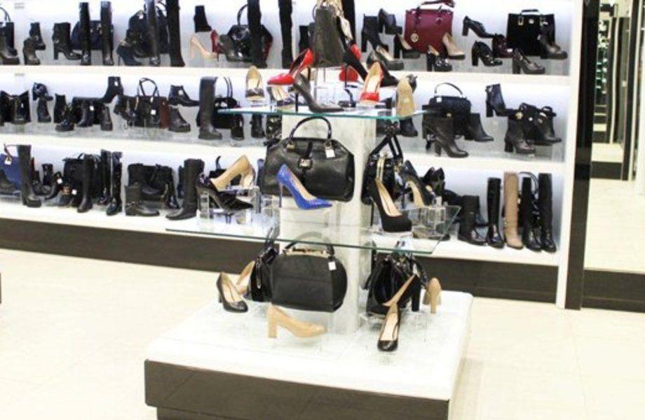 Два обувных магазина в торговом центре