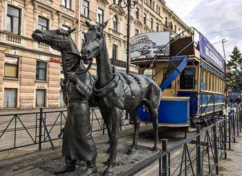 Торговая точка напротив метро в виде памятника