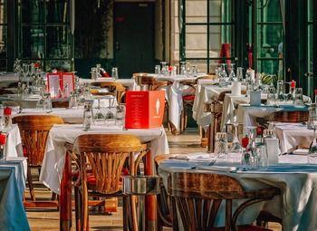 Шашлычная кафе в отдельном здании рядом с множеством БЦ