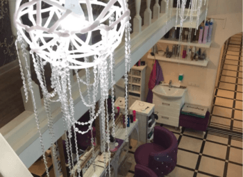 Двухэтажный салон красоты в густонаселенном районе