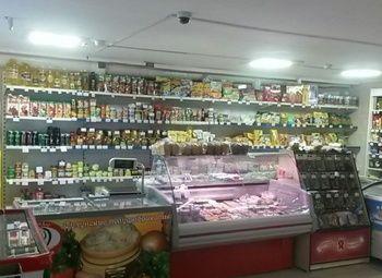 Магазин продукты в проходном месте у метро