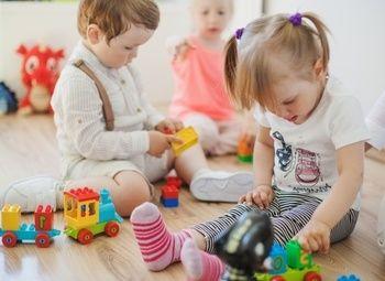 Островок с детскими игрушками с выгодным расположением