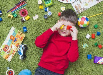Островок с детскими игрушками с хорошим расположением