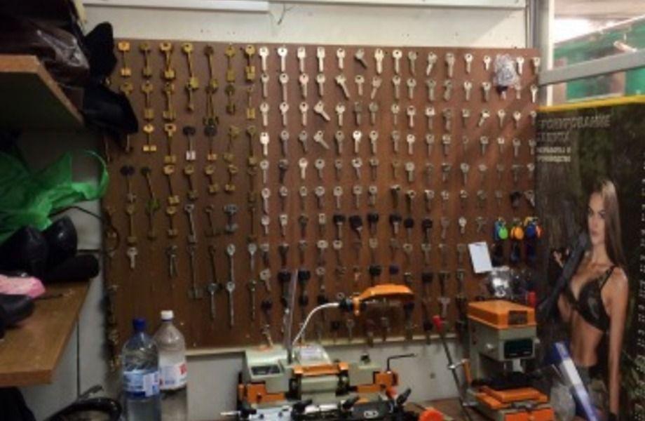Изготовление ключей и ремонт одежды(в извесном супермаркете)