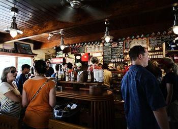 Пивной бар с посадочными местами и  отличным расположением