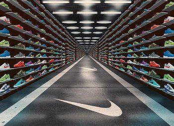 Магазин модных кросовок в крупном торговом центре