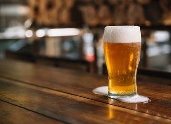 Бар с крафтовым пивом в оживленном районе