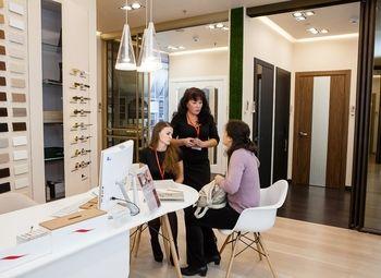 Точка продаж входных и межкомнатных дверей в мебельном центре