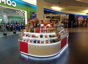 Островок сладостей в крупном торговом центре