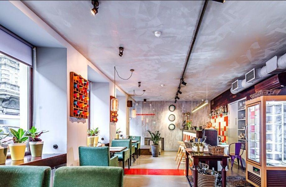 Кафе в проходном месте в центре