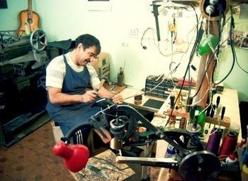 Две мастерские по ремонту обуви, сумок и зонтов