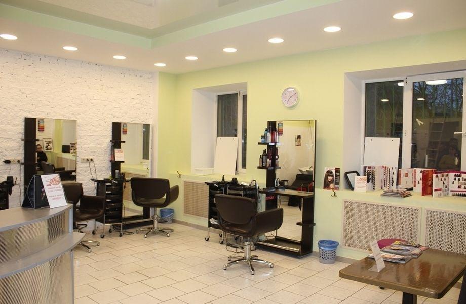Действующая парикмахерская в спальном районе