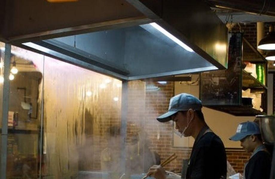 Китайский ресторан на фудкорте на популярном рынке