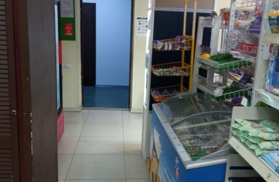 Продуктовый магазин в бизнес-центре