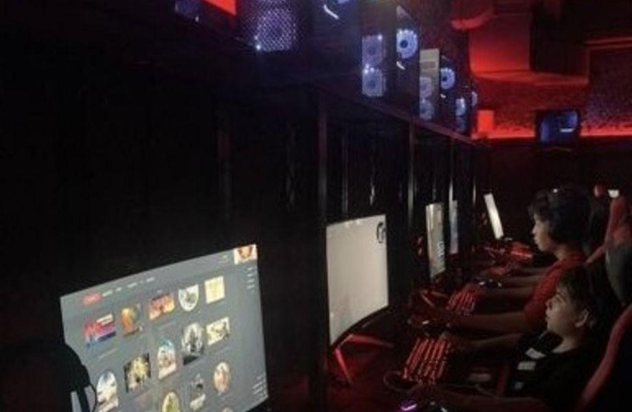Компьютерный клуб в оживлённом месте.