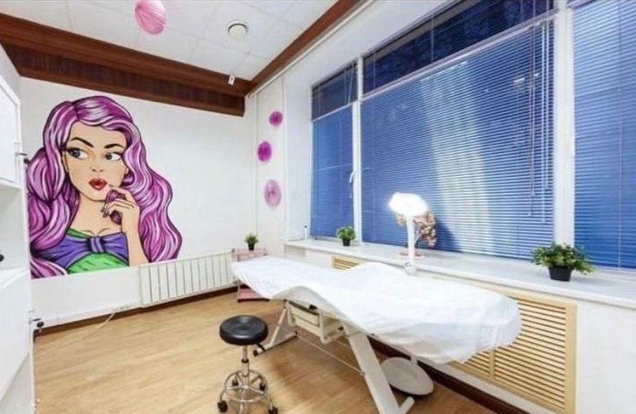 Работающая студия красоты с ярким дизайном