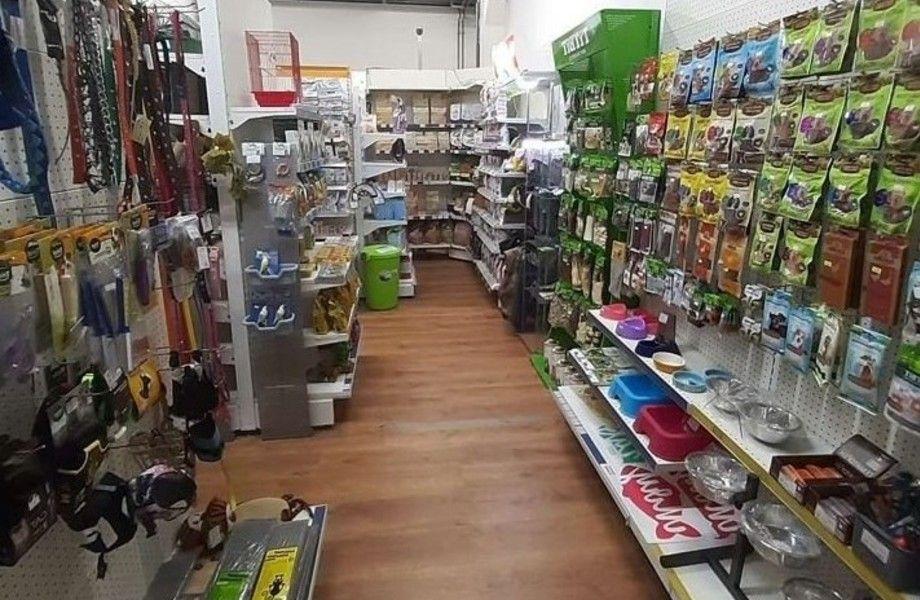 Зоомагазин в торговом центре на востоке Москвы сразу за МКАД