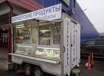 Передвижной ларек с фермерскими продуктами на рынке
