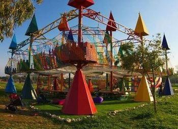 Досуговый центр с веревочным парком на территории популярного сквера