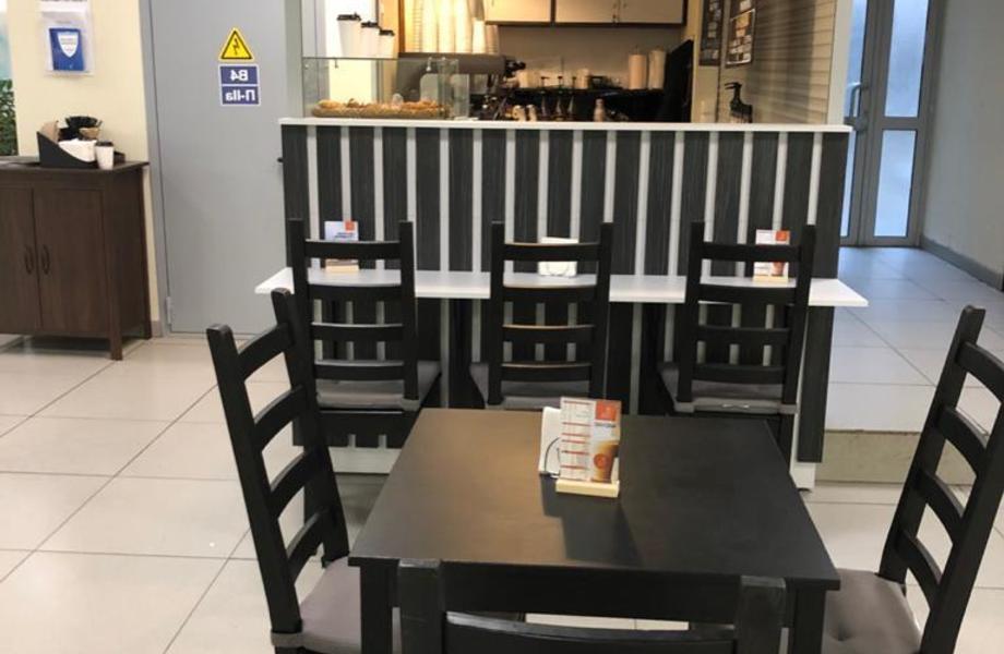 Кофейня to go с посадочными местами на входе в БЦ