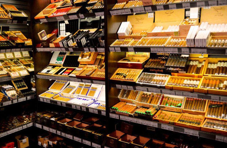 Табачный магазин на входе в крупный сетевой гипермаркет