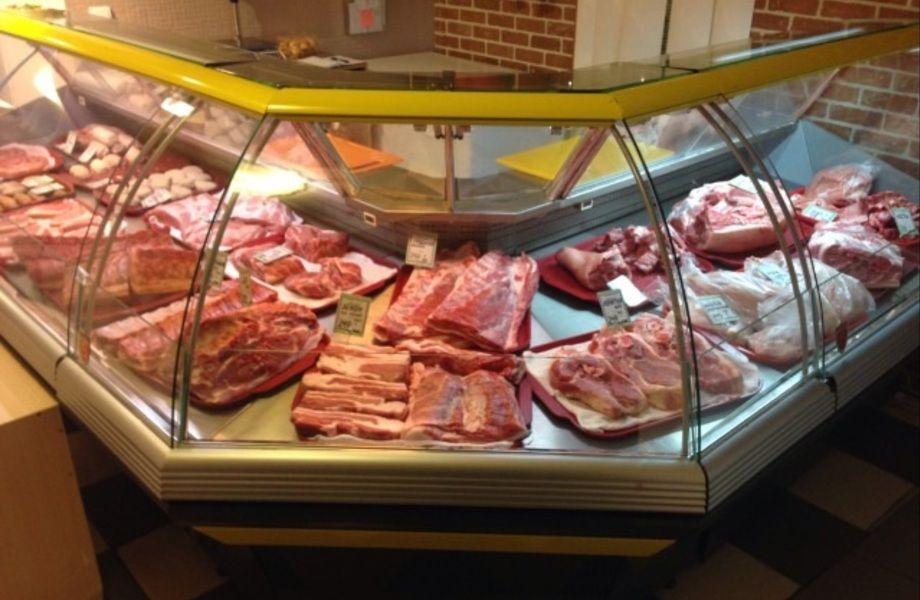 Действующий мясной отдел в продовольственном магазине